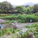 大原の小中学生と高野川で水性生物の捕獲調査